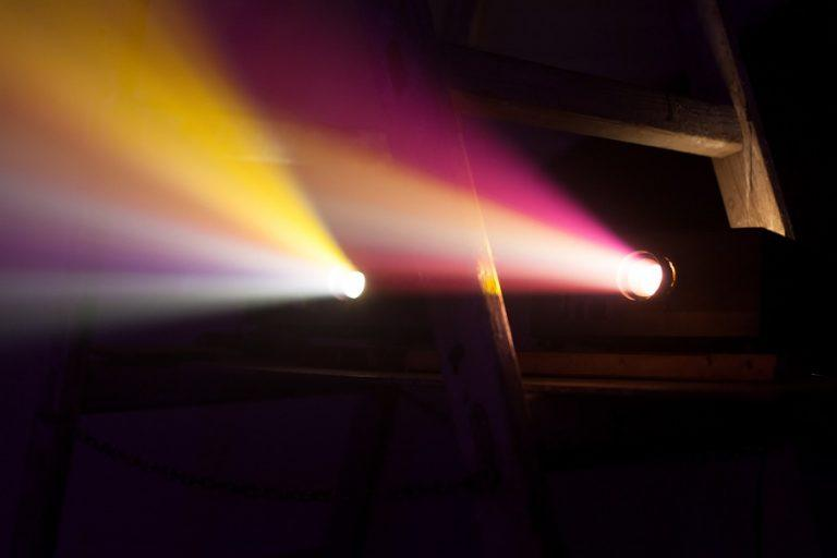 Colorido-proyector-luces-768x512